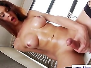 Masturbating amateur tranny jerks off
