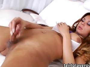 Shemale hottie Thais Moreno jacks off
